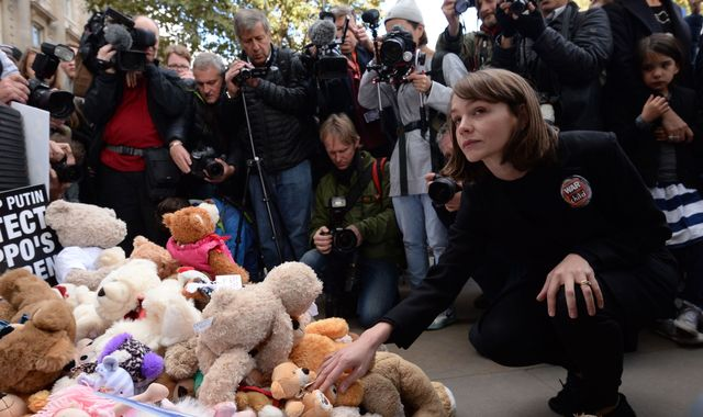 Mulligan joins Syria 'teddy bear' protest at Downing Street