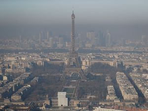Paris pollution 'worst for 10 years' as smog causes travel chaos