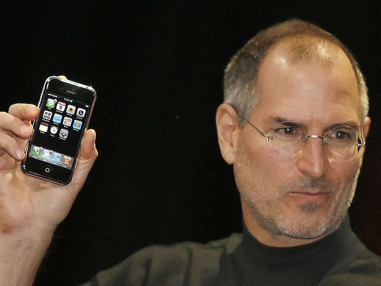 Steve Jobs unveils Apple's iPhone in 2007