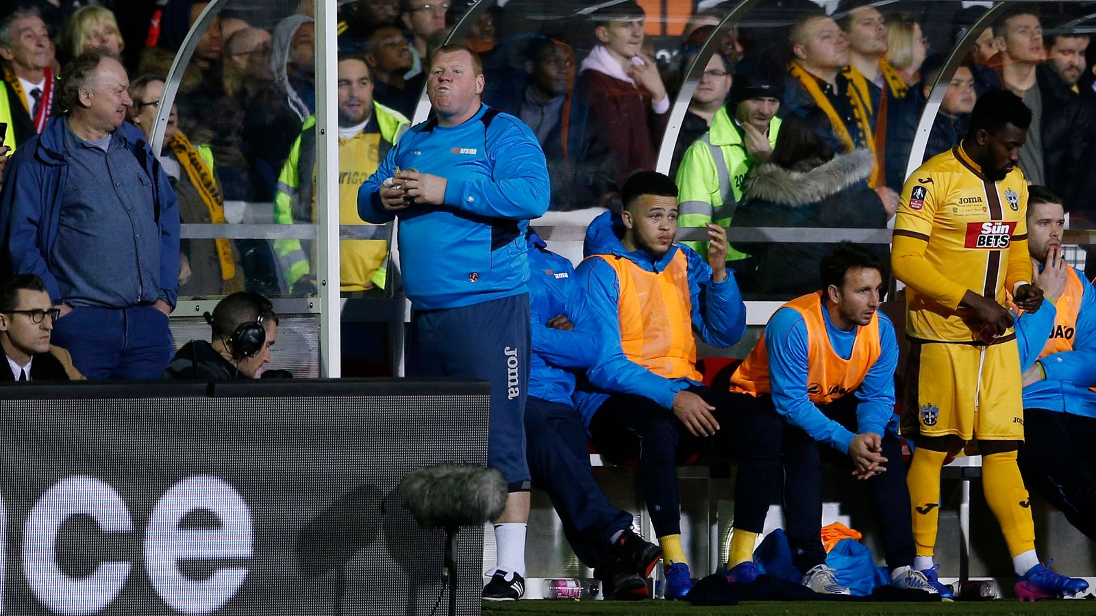 Pie-eating keeper resigns from Sutton Utd