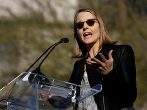 Jodie Foster tells demostrators at rally it is time to resist Donald Trump