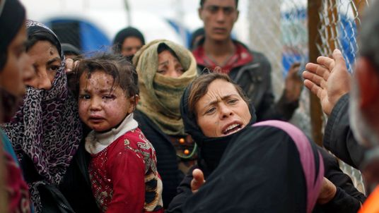 Refugees entering Hammam al-Alil camp south of Mosul