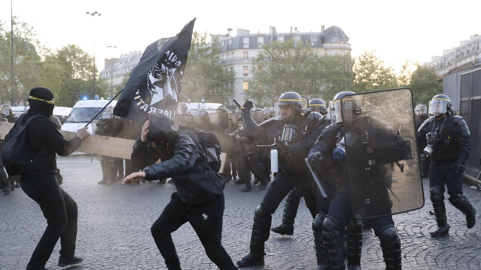 Anti-fascists clash with police forces as they demonstrate in Paris on April 23, 2017 following the announcement of the results of the first round of the Presidential election. Centrist Emmanuel Macron finished ahead of far-right leader Marine Le Pen on Sunday to qualify alongside her for the runoff in France's presidential election, initial projections suggested