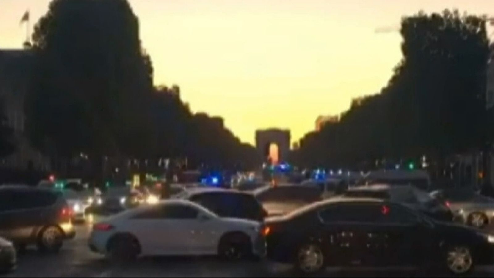 Police shot at dusk in Paris street