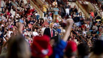 US President Donald Trump (C) addresses a 'Make America Great Again' rally in Harrisburg, PA, April 29, 2017, marking his 100th day in office
