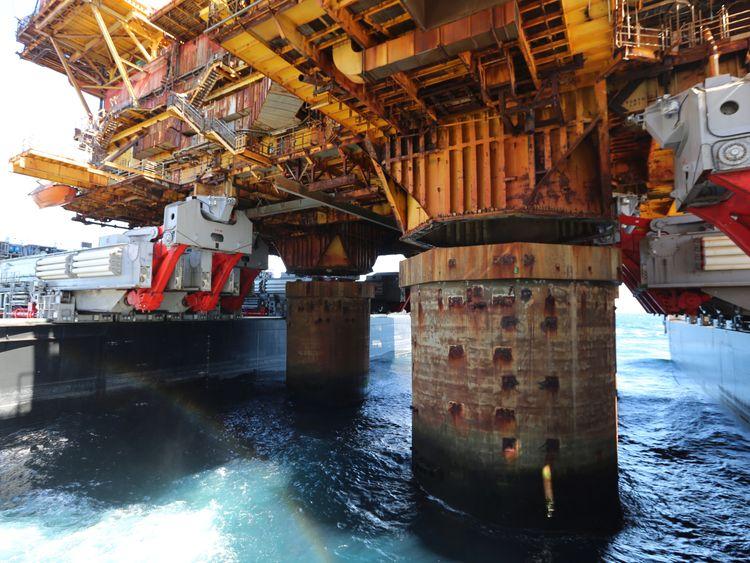 Largest vessel sets record after lifting platform