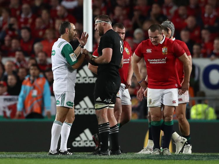 Kieran Read of the All Blacks remonstrates with the referee over the decision not to award a last minute penalty