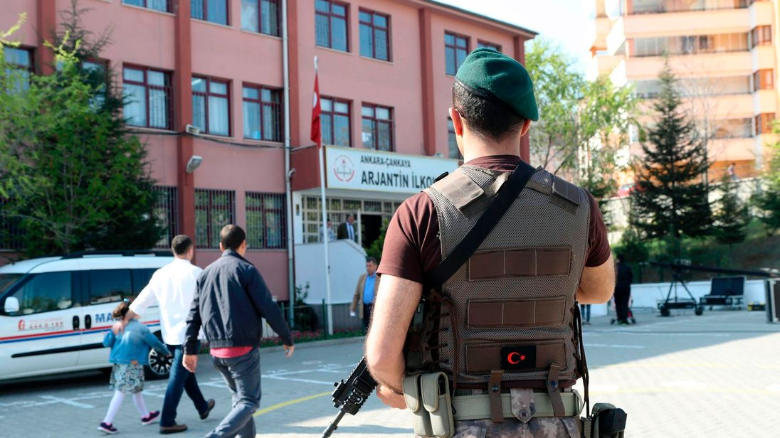 ISIL suspect in custody fatally stabs Istanbul officer