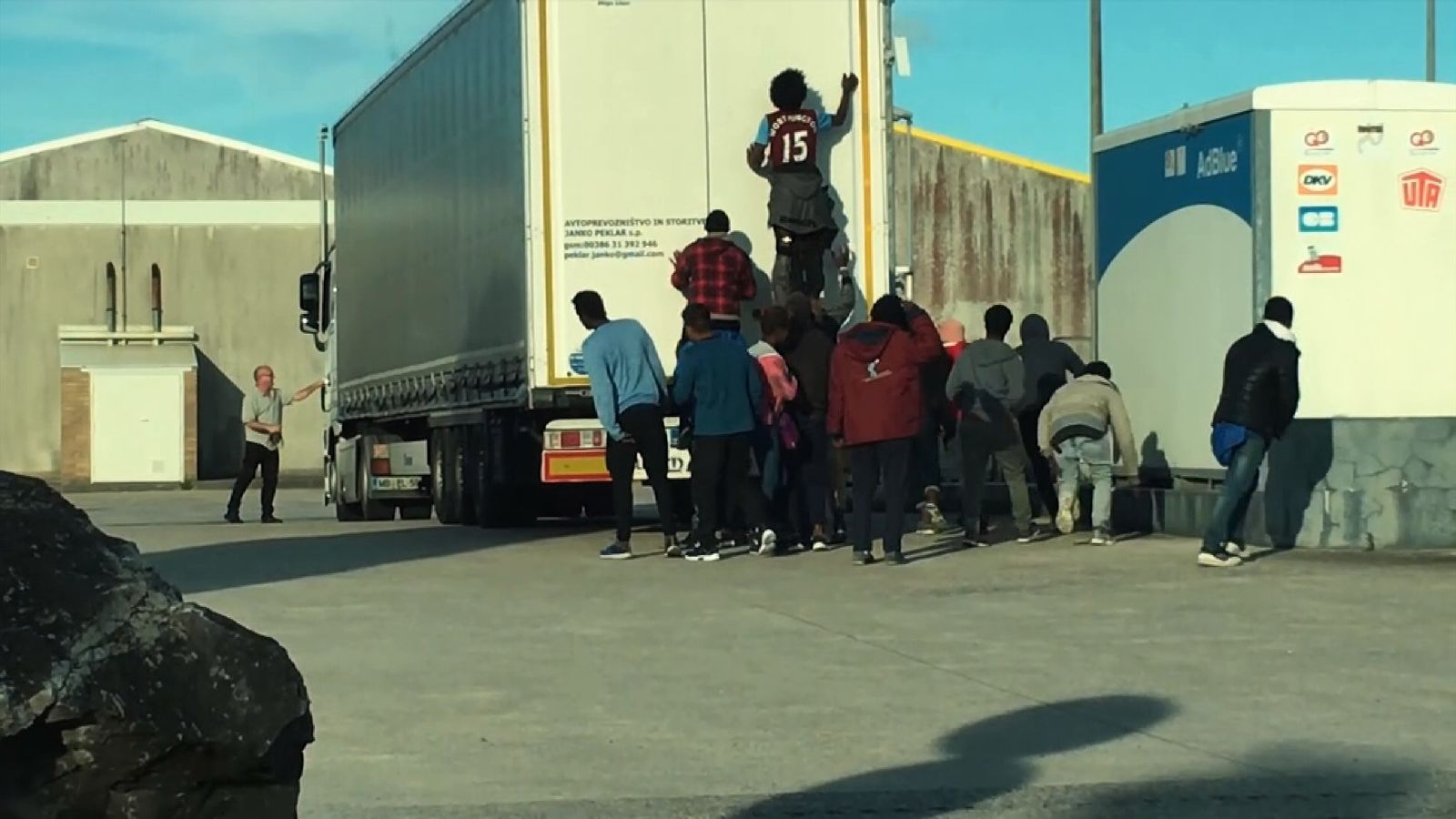 Sky News filmed as a group of migrants tried to break into a truck