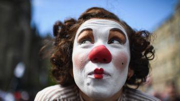 A street performer at Edinburgh's fringe festival