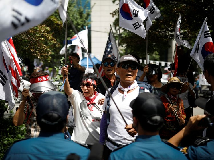 Protesters from a conservative group that supports South Korean ousted leader Park Geun-hye attend a rally to demand release of Samsung Electronics Vice Chairman Jay Y. Lee, ouside a court in Seoul, South Korea, August 25, 2017.