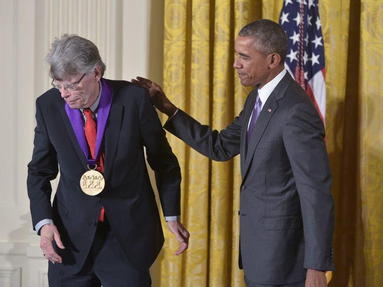 Stephen King (L) and Barack Obama