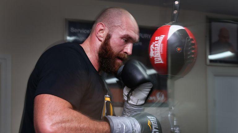 Tyson Fury: Joshua tốt hơn là đừng nên bám váy lão Hearn nữa!