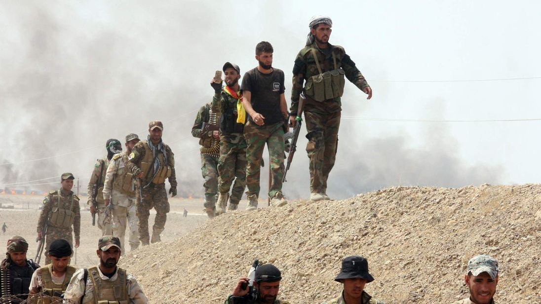 Iraqi security forces and paramilitaries deploy, on May 26, 2015, in al-Nibaie area, north-west of Baghdad, during an operation aimed at cutting off Islamic State (IS) jihadists in Anbar province before a major offensive to retake the city of Ramadi.