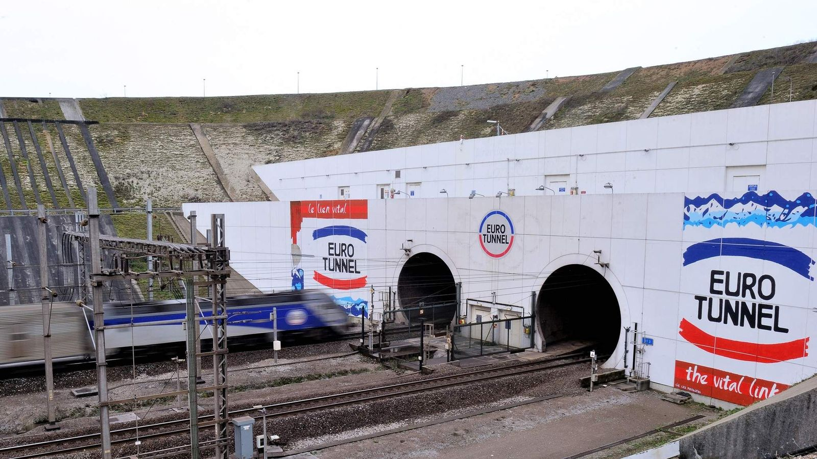migrant  u0026 39 invasion u0026 39  halts channel tunnel trains