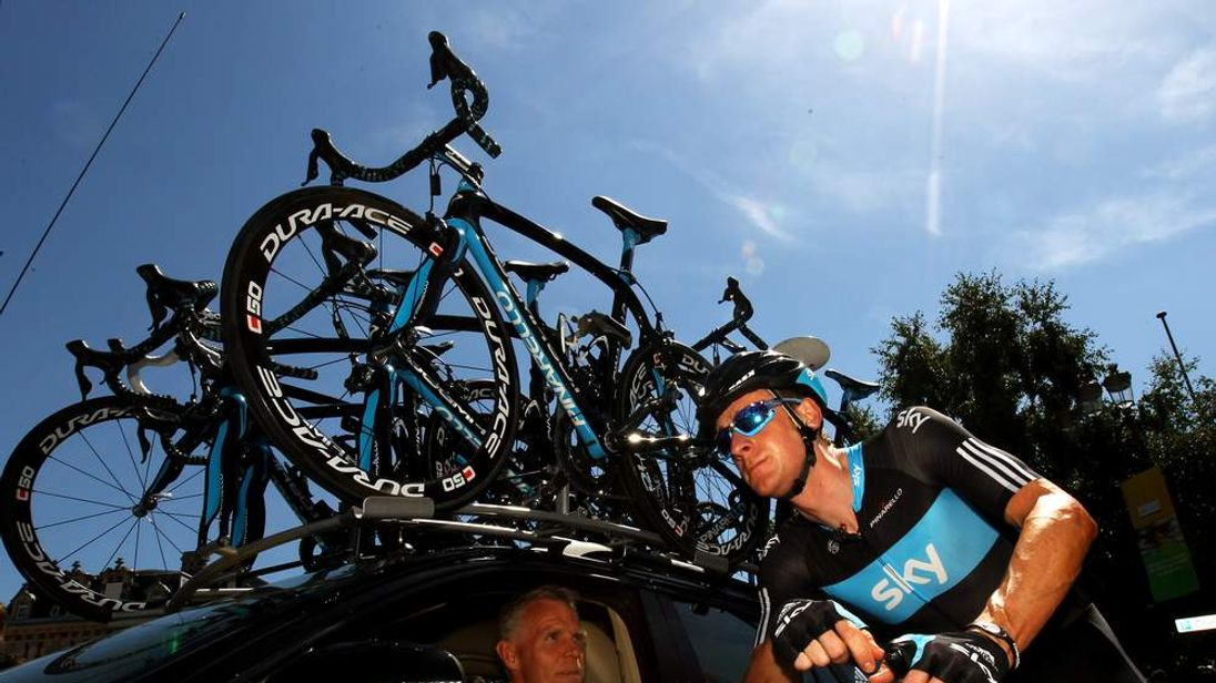 Team SKY Director Sportif Shane Sutton chats to Bradley Wiggins of Great Britain at the start of stage five of the 2010 Tour de France