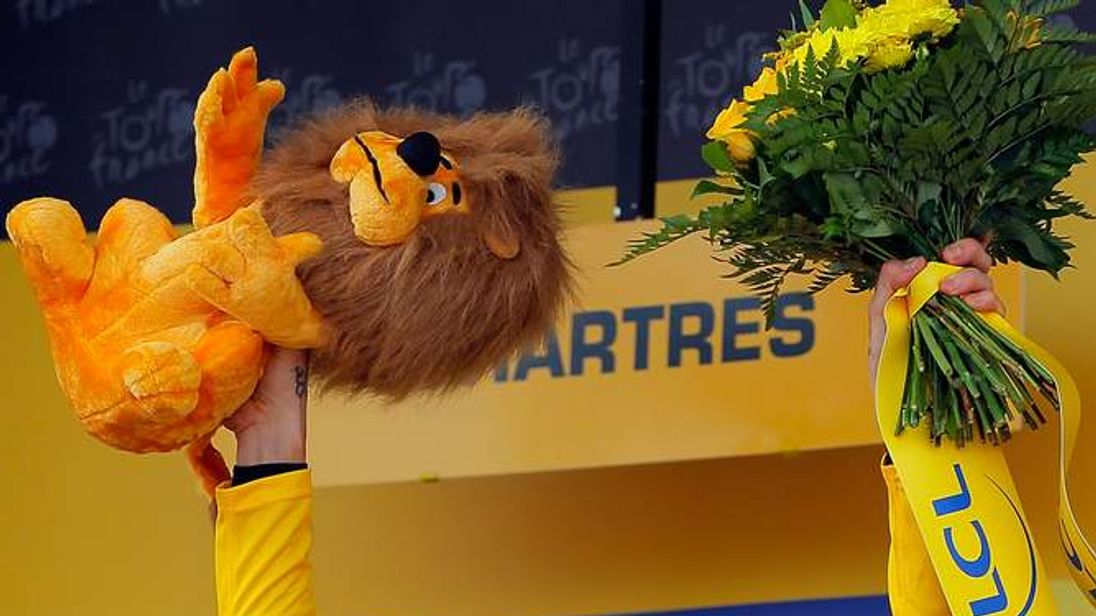 Wiggins celebrates on podium after winning 19th stage