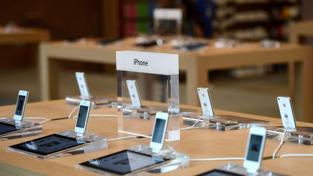 iPhones and iPads in Apple store