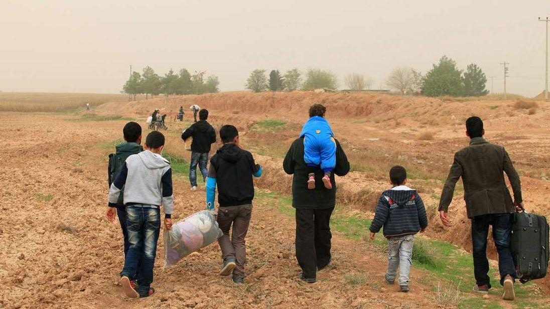 Syrians cross the border into Turkey