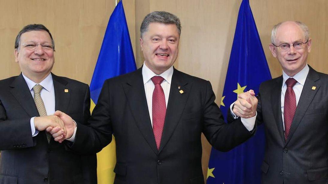 Ukraine's President Petro Poroshenko poses with European Commission president Jose Manuel Barroso and European Council president Herman Van Rompuy at the EU Council