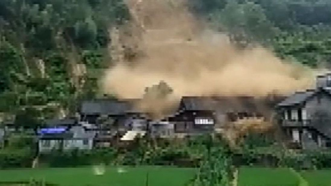 The mountain torrent crashes into wooden houses in Hunan Province.