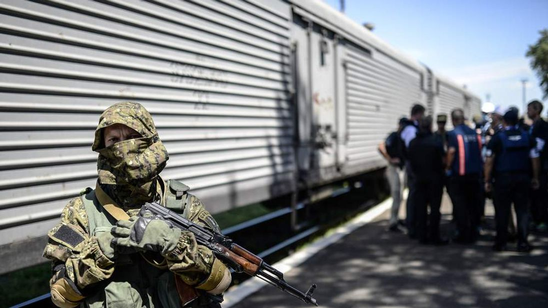 """Trains containing bodies from the MH17 crash site are being blocked by """"terrorists"""", the Ukrainian government has said."""