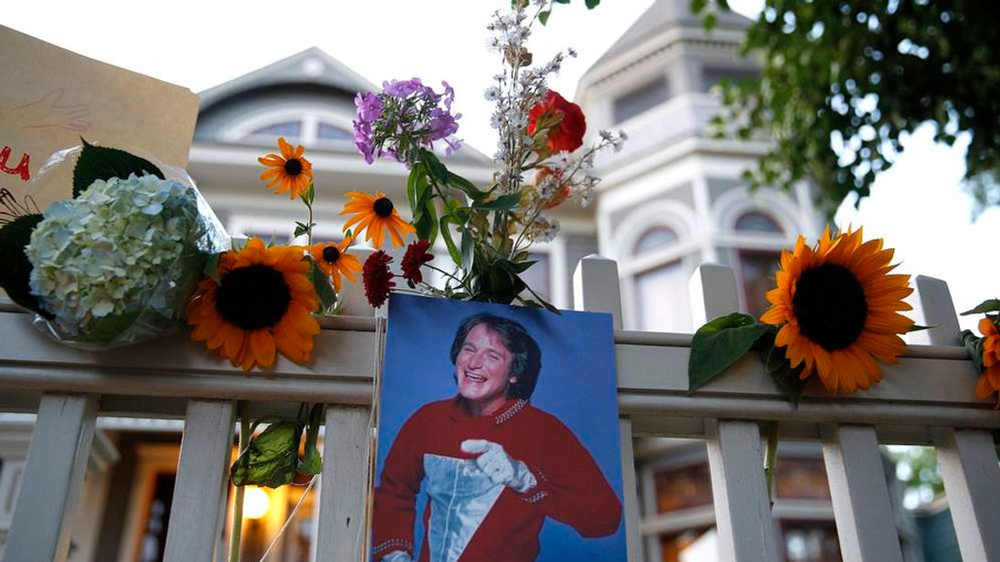 Robin Williams Tributes Outside Mork And Mindy House