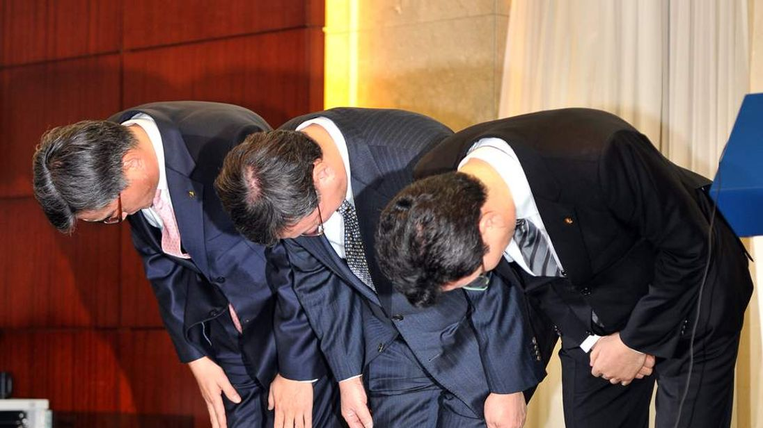 Bosses of the three companies caught up in the theft of credit card details in South Korea make a public apology.
