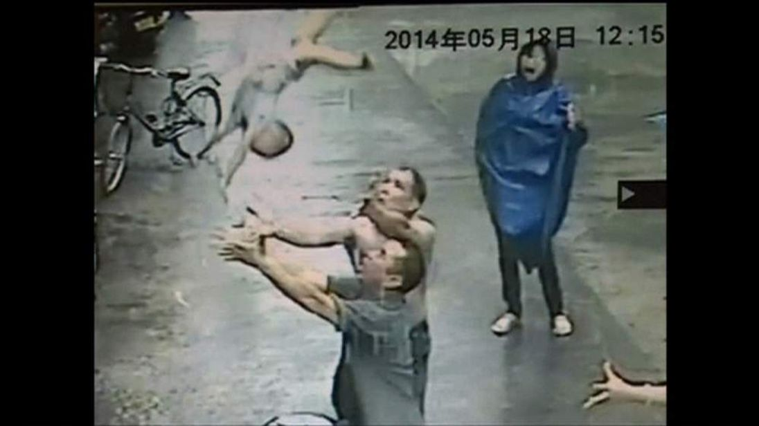 Guangdong street vendor catches baby in balcony fall