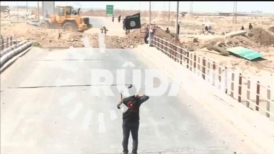 Rudaw reporter confronts ISIS militants on bridge near Kirkuk