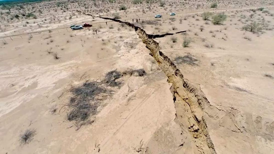 Crack opens in Mexico after earthquake
