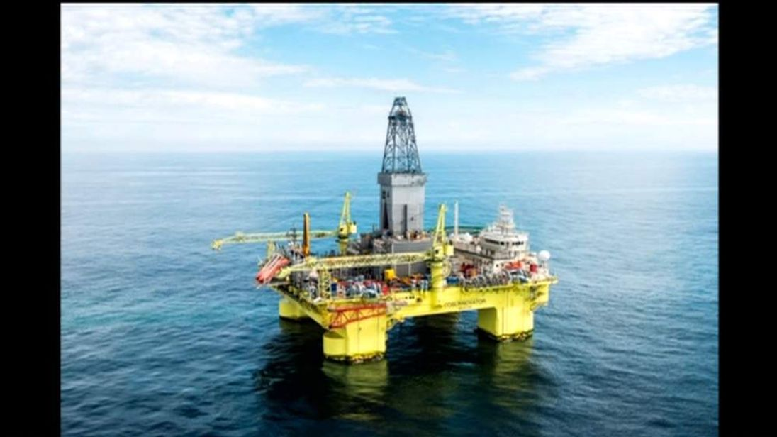 The drilling rig was hit by a heavy wave