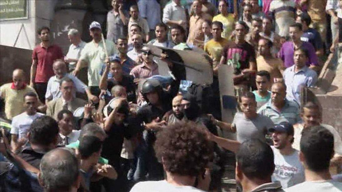 Crowd attacks al Fateh mosque protesters