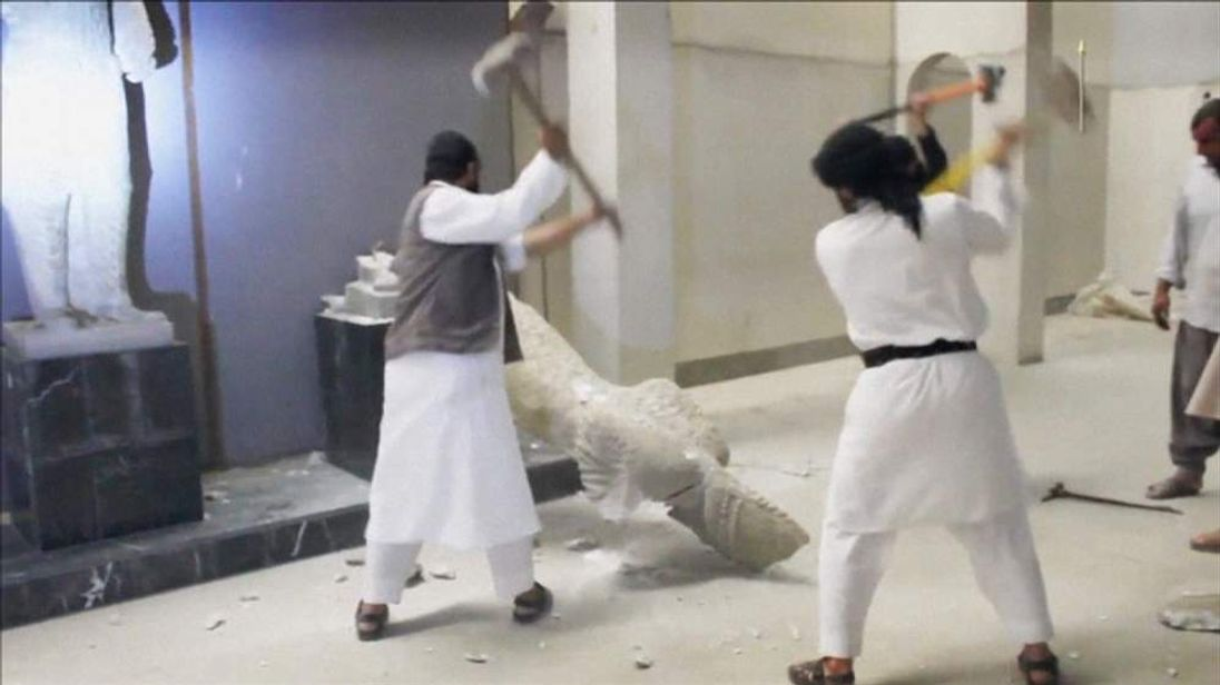 IS militants pound ancient statues with pickaxes in Mosul Museum
