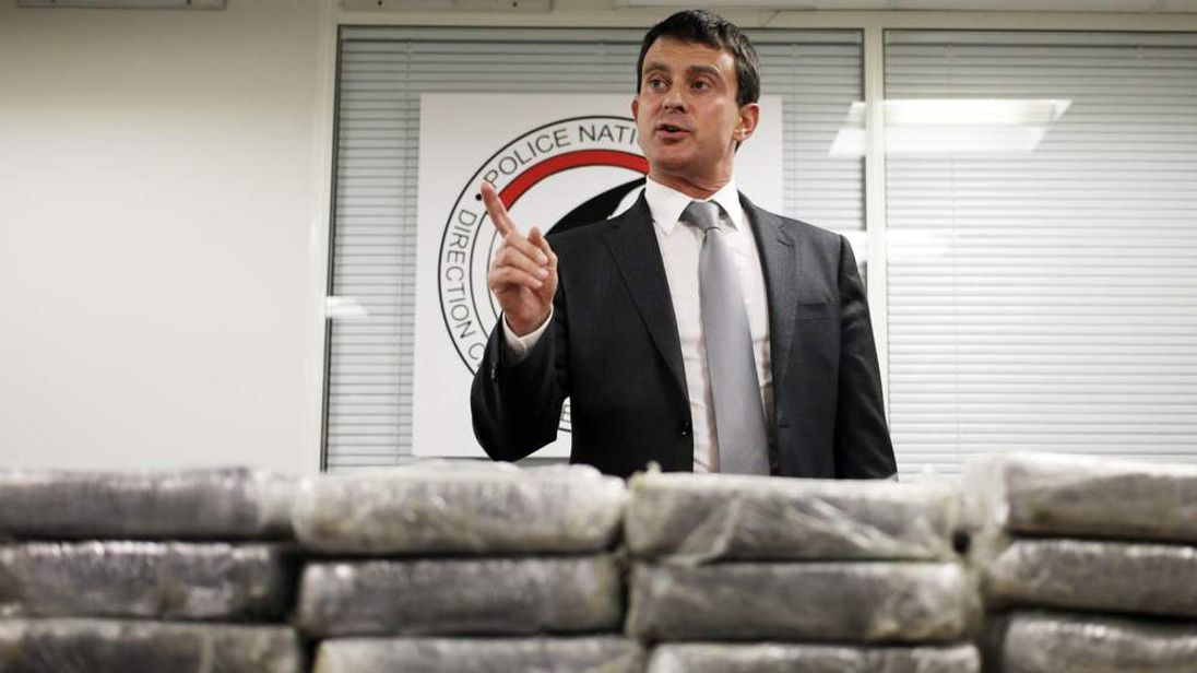 French minister Manuel Valls in front of seized cocaine