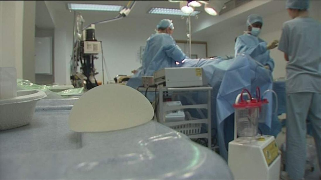 Breast implant and operating theatre
