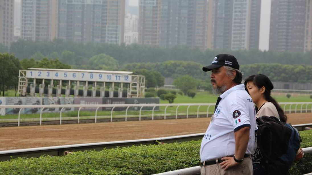 Ren Ningning watches horse training