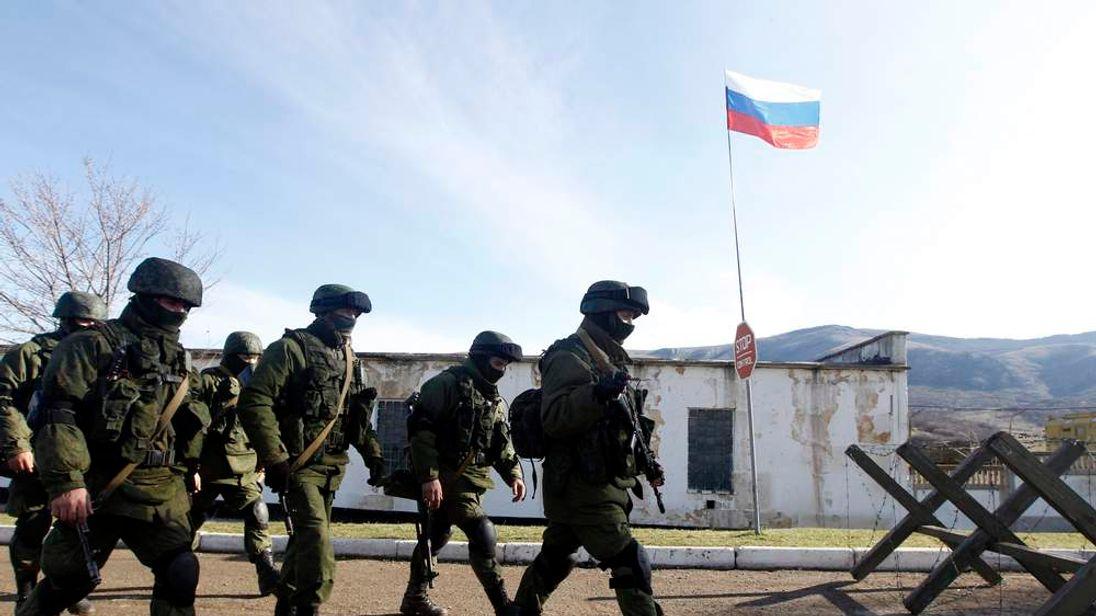 Armed men believed to be Russian servicemen in Simferopol