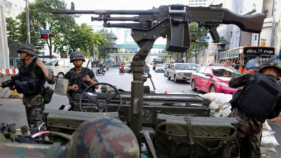 Thai soldiers and machine gun