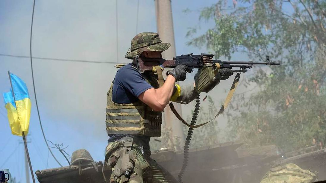 An Ukrainian serviceman shoots during fighting with pro-Russian separatists in the eastern Ukrainian town of Ilovaysk