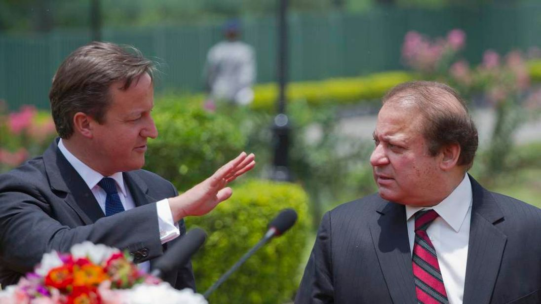 British Prime Minister Cameron talks with his Pakistani counterpart Nawaz Sharif