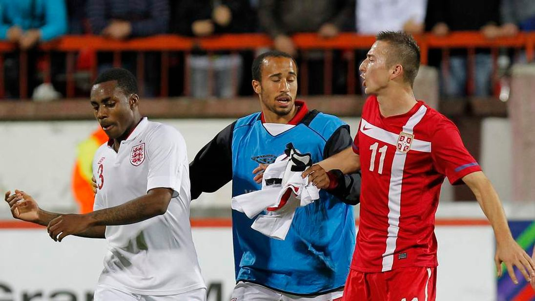 Andros Townsend (C) of England separates his team-mate Danny Rose (L) and Sasa Markovic of Serbia