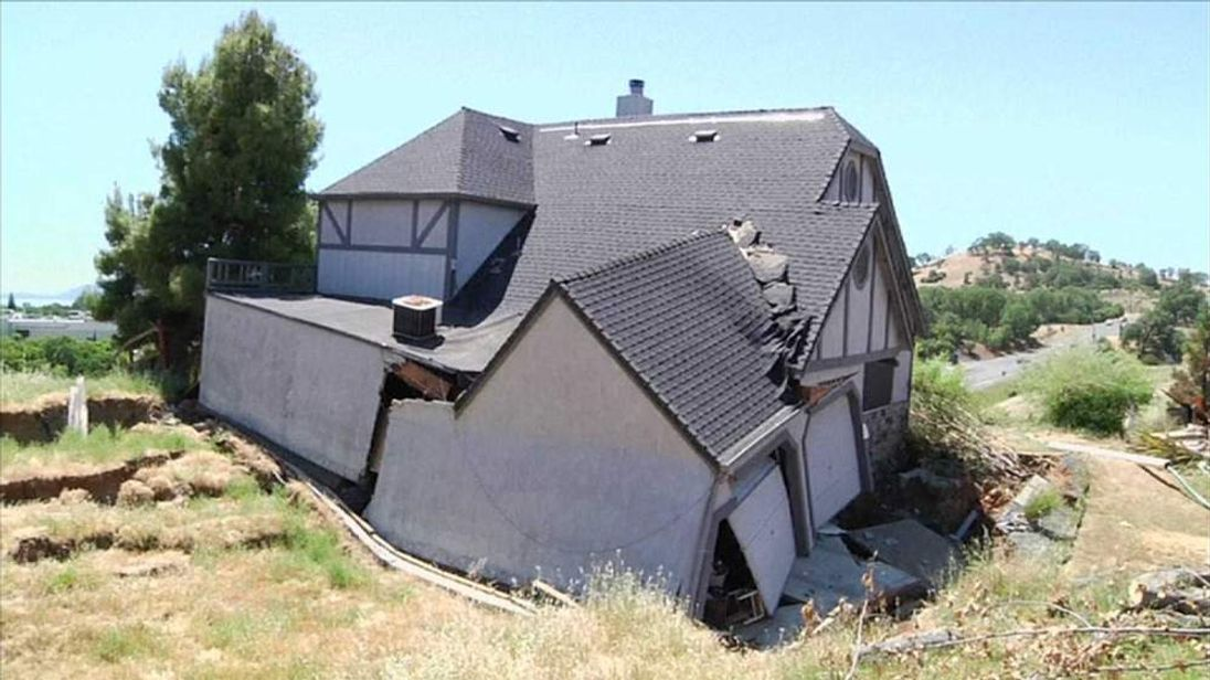 California sinkhole damaged house