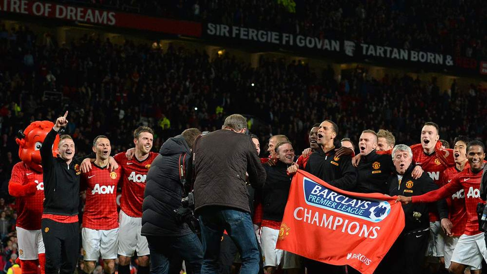 manchester uniteds debt crisis Manchester united have also succeeded in reducing their net debt, which was cut from £377 million to £308 million (£459 million gross debt less £151 million cash), after the club bought back £64 million of its bonds.