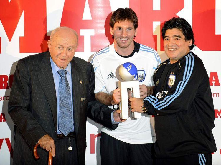 Lionel Messi (C) poses with Argentina's football legend Alfredo Di Stefano and Diego Maradona