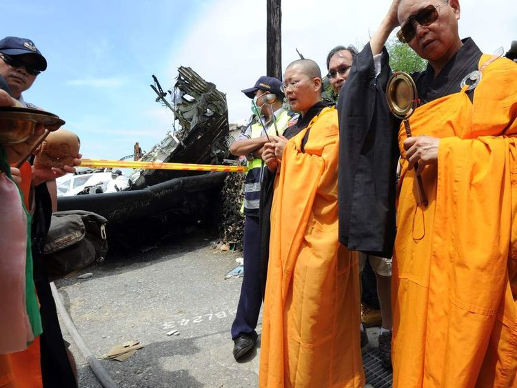 TransAsia Airways turboprop plane crashes in Taiwan
