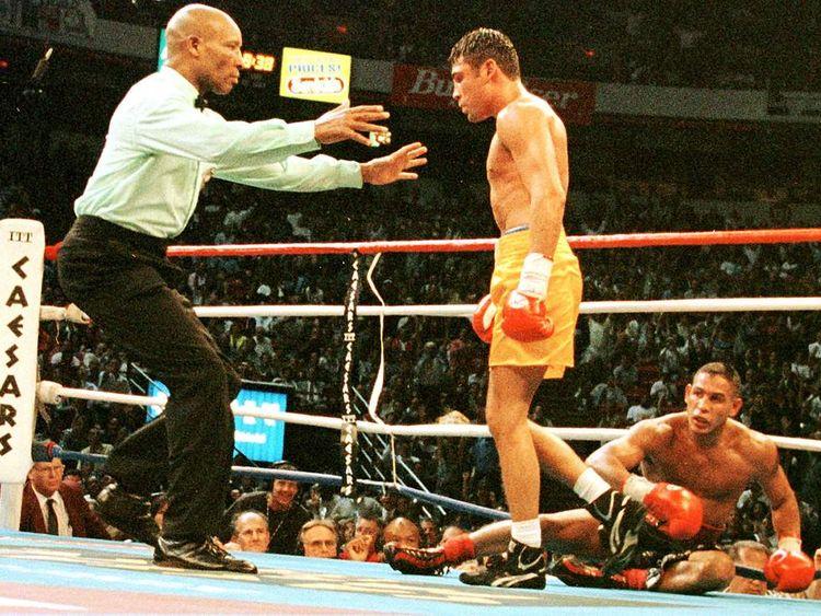 Oscar de la Hoya beats Hector Camacho