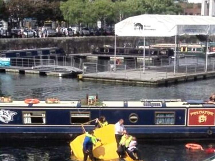 Amphibious tourist bus sinks in the Albert Dock in Liverpool (Pic: Livecitysnaps)