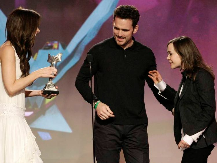 """Actors Kate Beckinsale and Matt Dillon  present actress Ellen Page the award for best female lead for the film """"Juno"""" at the 2008 Film Independent's Spirit Awards in Santa Monica"""
