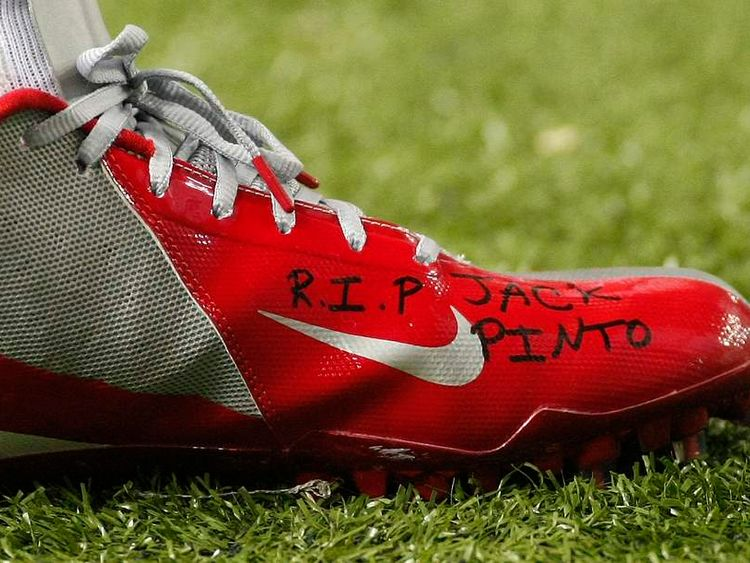 The shoe of Giants receiver Victor Cruz bears the words R.I.P. Jack Pinto in Atlanta